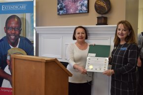 Lyn Fabricius (right), Extendicare's National Director – Infection Prevention & Control receiving a certificate for Extendicare's immunization efforts from Janet Friedian, Executive Assistant to MP Geng Tan.